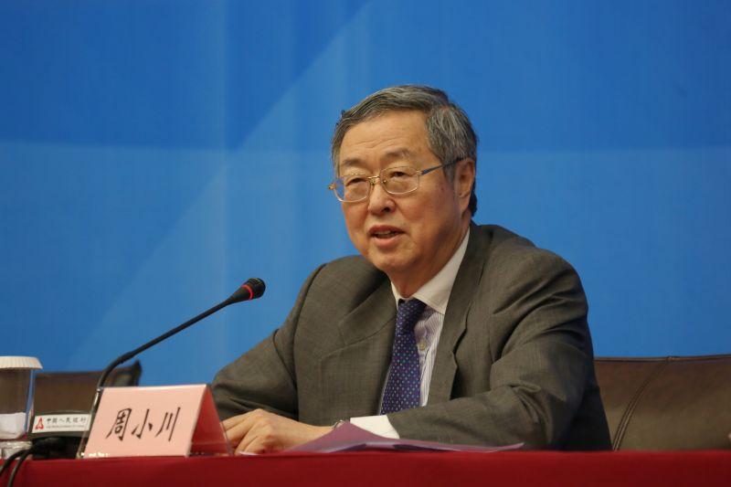 周小川:继续实行稳健货币政策 利率偏离过多会给予关注