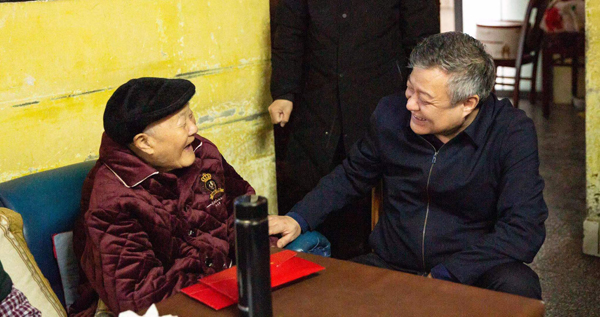 建设银行党委副书记、行长王江代表总行党委赴湖北来凤看望慰问张富清